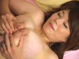 熟女の母乳を浴びながらパイズリ