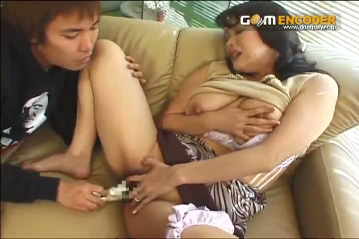 四十路の熟女、鮎川るい出演のオナニー無料jyukujyo動画。息子の目の前で股を開きバイブオナニーを見せつける四十路痴熟女鮎川るい!