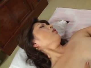 志村玲子 大きなおっぱいのお母さんに興奮した息子の悪魔の手が忍び寄る。ずっとお母さんの身体を触りたかったんだ…母と息子の近親相姦セックス。